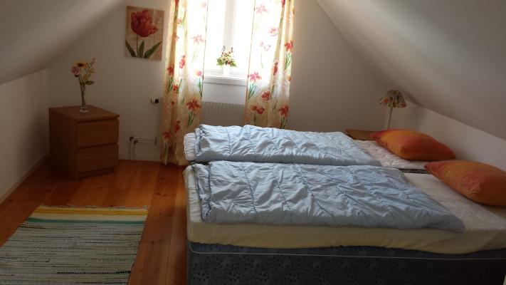 Sovrum - Dubbelsäng som går att dela på, ovanvåning.
