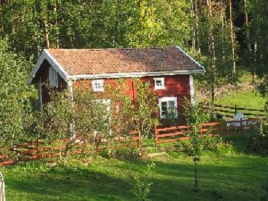 På sommaren - Stugan ligger högt och vackert i skogsbrynet. Egen trädgård med utemöbel och grill.