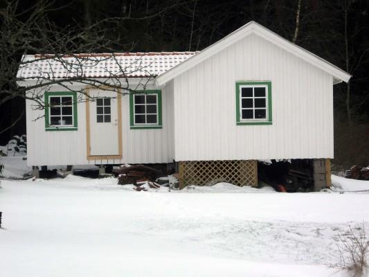 På vintern - Lilla stugan i vinterskrud.