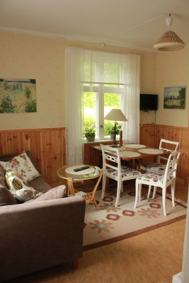 Vardagsrum - Vardagsrum med TV, matplats, soffa och öppen spis