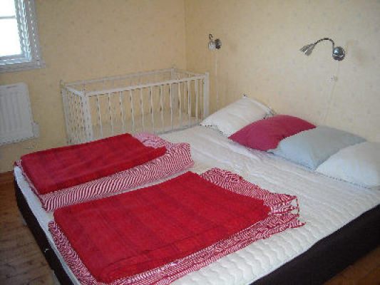 Sovrum - Sovrum med dubbelsäng och barnsäng
