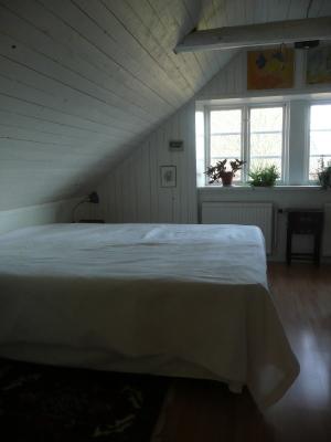 Sovrum - Ett av sovrummen på ovanvåningen, med dubbelsäng. Det andra sovrummet har två enkelsängar.