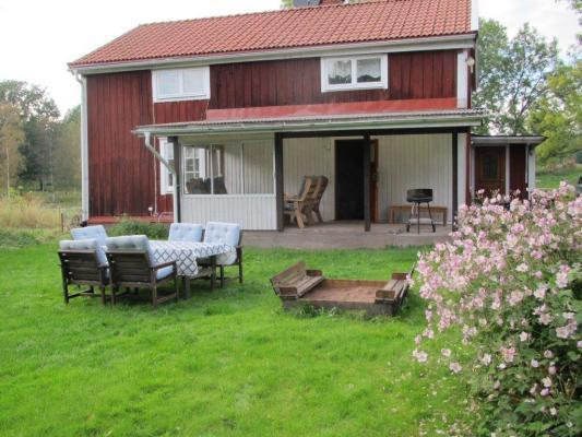 På sommaren - Sommarbild på huset och trädgården