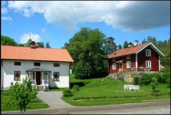 asset.ADDITIONAL_HOUSES - Röda huset till höger är uthyrningsobjektet. I det vita huset bor ägarna.