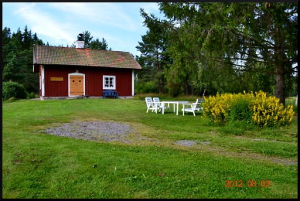 På sommaren - Framsida med trädgårdsmöbel.