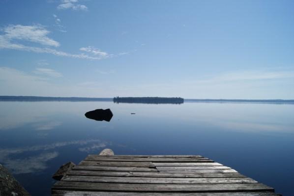 på sommaren - sjön från bryggan