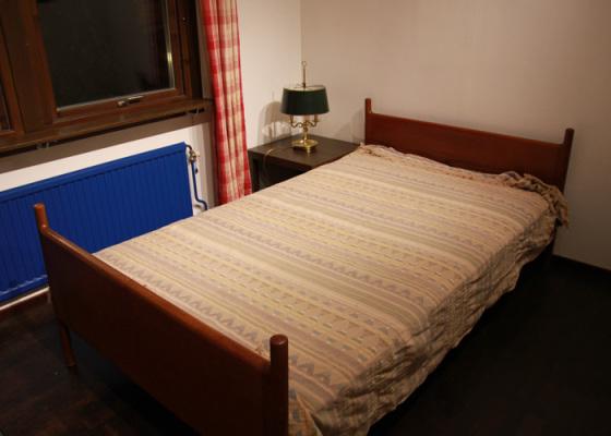 Badrum - Sovrum med 120 cm enkelsäng och extra madrass som kan läggas på golvet