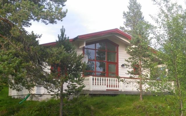 På sommaren - Stugan ligger ostört med stort panoramafönster ut mot vacker fjällnatur inramad av Tandådalens fjäll.