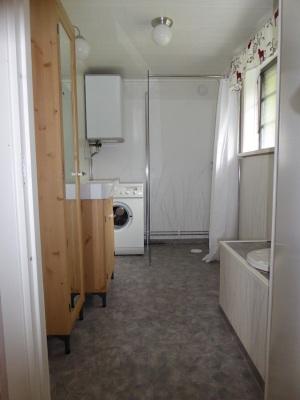 Badrum - Badrum med TC, tvättställ, tvättmaskin och dusch.