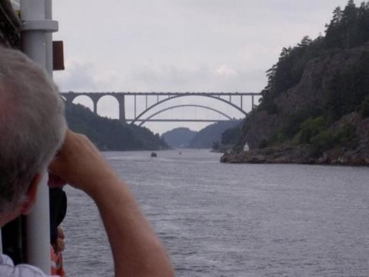 på sommaren - Svinesuundsbroarna som ligger 6 km från Sundsvik. Man kan se dom från Sundsviks högsta punkt eller om man åker ut några 100 m med båten