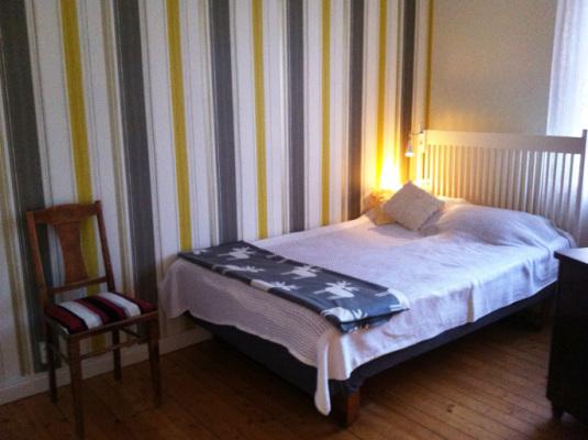 Sovrum - Ett av två sovrum på markplanet