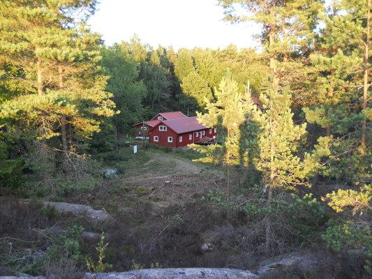 på sommaren - Sundsviks huvudbyggnader c:a 250 m från stugan