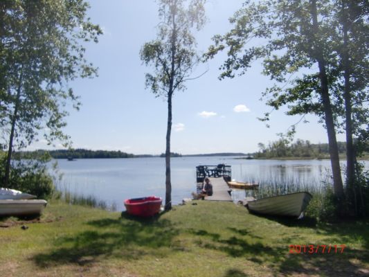 på sommaren - Sjöviken 600 meter från Storstugan. Fikabord, grillkåta samt utedass finns. Kanot, båtar samt cyklar finns att hyra på plats. Skärsjön är en klarvattensjö och här kan du fiska abborre, gädda och mört. Fin badplats med bryggor finns i Eskilsryd.