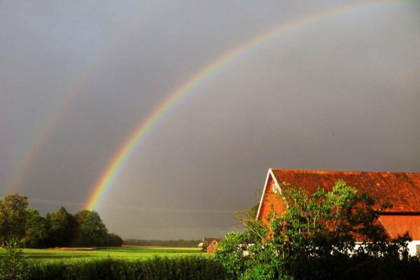 på sommaren - Regnbåge över gården Sandvadet