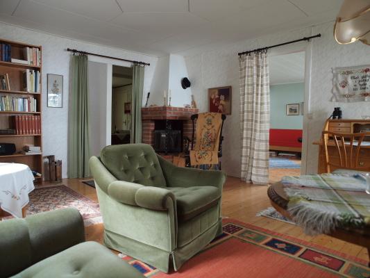 Vardagsrum - Vardagsrum med öppen spis och genomgång till sovrummen.