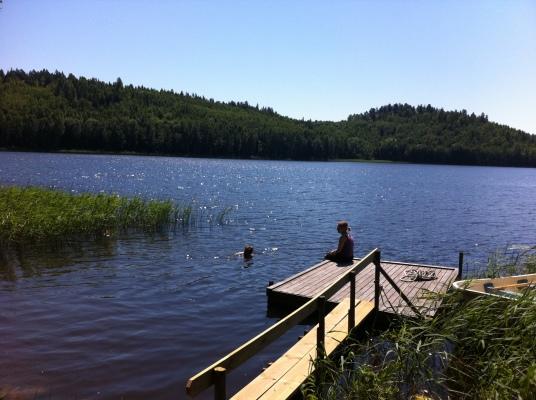på sommaren - Gårdens egna badplats är inte välbesökt, du får oftast vara helt ensam. Du har tillgång till en roddbåt om du känner för en fisketur.
