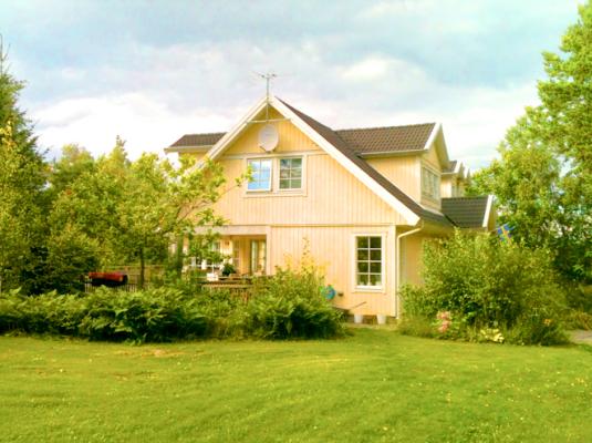 På sommaren - Gigantisk gräsmatta för lek och skoj. 300 kvm.