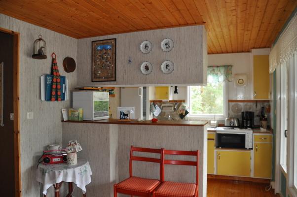 Interiör - Del av vardagsrummet; köket i bakgrund
