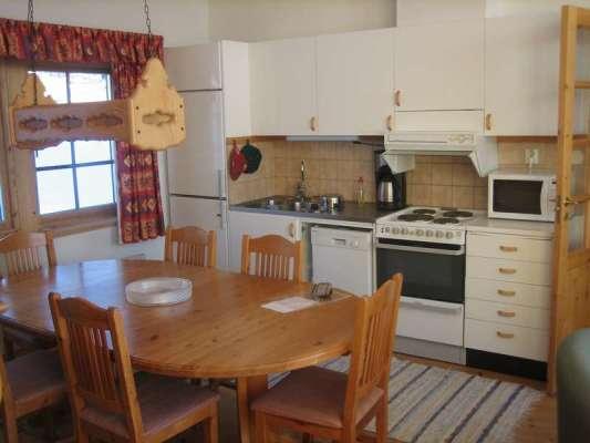 Kök - Välutrustat kök i rymlig köksdel med plats för upp till åtta sittande personer.