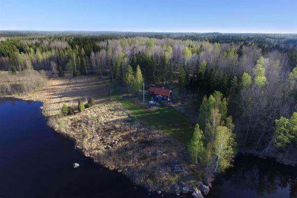 Utomhus - Stugan ovanifrån. Bild tagen våren 2016