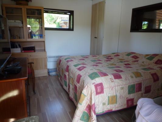 Sovrum - Sovrum 2. Detta rum har ingång från poolområdet. Nära ingången till huset WC/dusch.