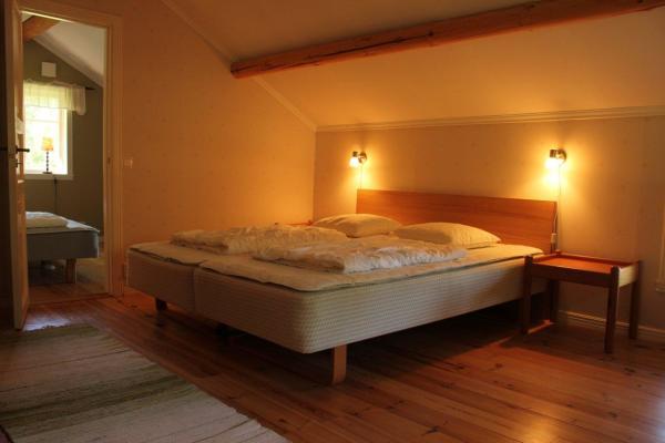 Sovrum - På övervåningen finns två sovrum med dubbelsängar.