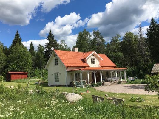 På sommaren - Huset med den stora altanen, ingen insyn. House with big front porch, no insight from neighbors