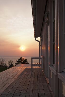 på sommaren - solnedgång vid huset