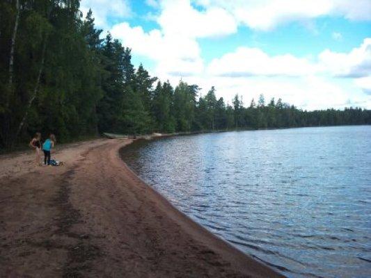 på sommaren - Strand som nås via 500 m stig genom skogen.