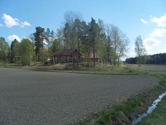 På sommaren - Huset på långt håll, ser de andra husen också.