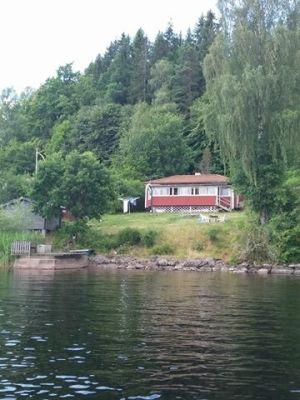 På sommaren - Stugan sedd frân sjön