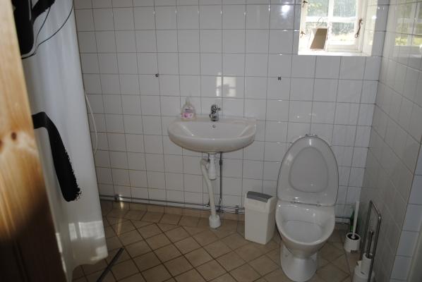 Badrum - -golvvärme i dusch/ wc -dusch till vänster, men syns inte på bilden