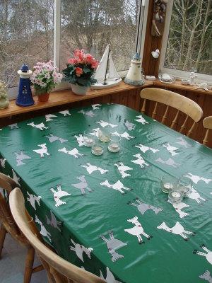 Terrass - Matbord med 4 stolar finns i den inglasade altanen.
