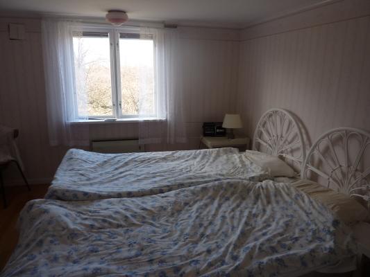 Sovrum - Med dubbelsäng, byrå och klädgarderob