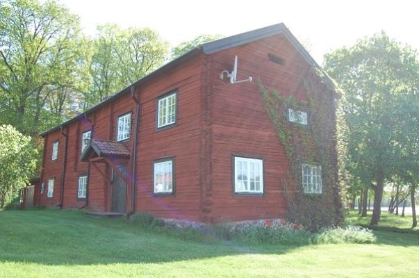 På sommaren - Huset sett från sjön.