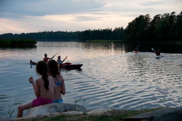 Utomhus - kvällsbild vid båthamnen