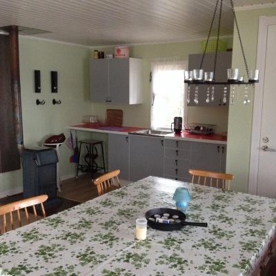 Interiör - Stort köksbord med soffa och stolar.