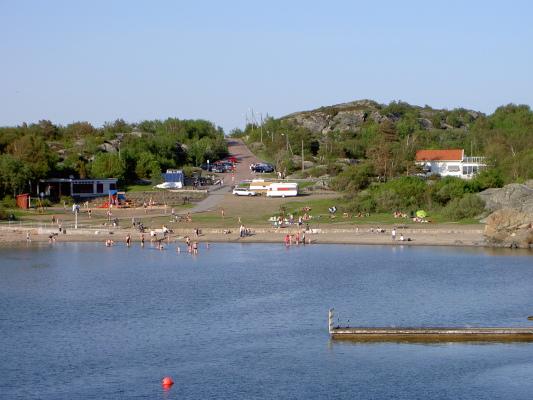 Omgivning - Sillviksbadet med grillplats, lekplats, omklädning samt café. Badklippor och en sandstrand med utedusch