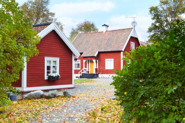 """Utomhus - i bakgrunden är huset där apartemangen """"Sviten"""" och """"Storstugan"""" finns."""