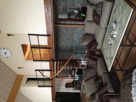 Sovrum - Vardagsrum och trapp till övervåningen