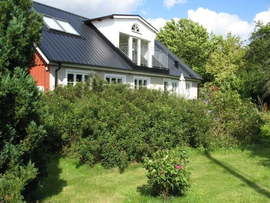 På sommaren - Boningshuset från trädgården i söder, med balkong