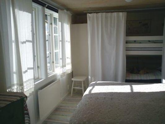 Sovrum - Sovrum med två sängar ihop samt våningssäng