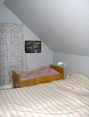 Sovrum - sovrum med dubbelsäng och spjälsäng