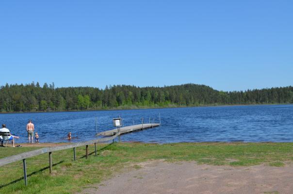 Utomhus - Lillejö, fin insjö med barnvänligt bad, endast 5 minuter med bil från stugan.