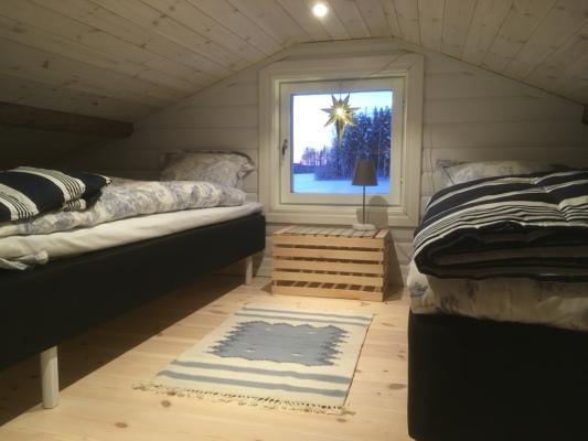 Sovrum - Sovloft med två 80 cm breda sängar som kan sättas ihop eller isär.