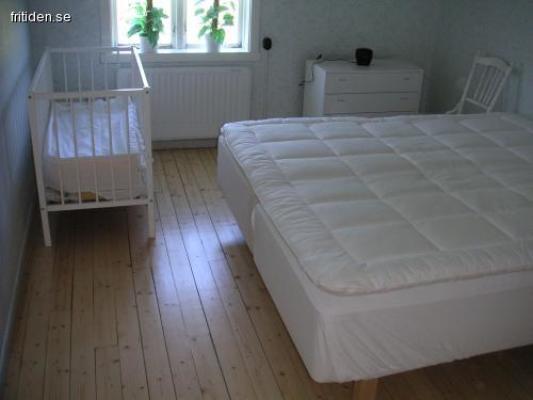 Sovrum - Stora sovrummet med barnsäng