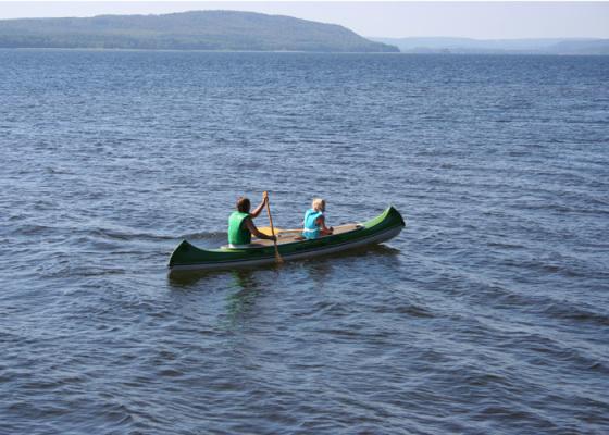 Omgivning - Kanot och en liten roddbåt ingår