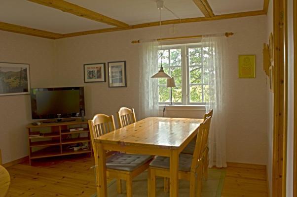 Vardagsrum - Vardagsrum med matbord och tv och soffgrupp. WiFi