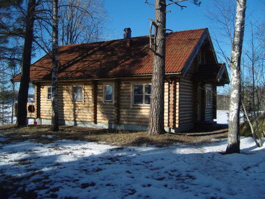 På vintern - Våren börjar komma och här är huset fotograferat från sidan.