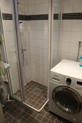 Badrum - Nyrenoverat badrum med dusch, WC och kombi tvättmaskin/tork